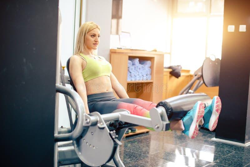 Trainieren an der Gymnastik stockbild