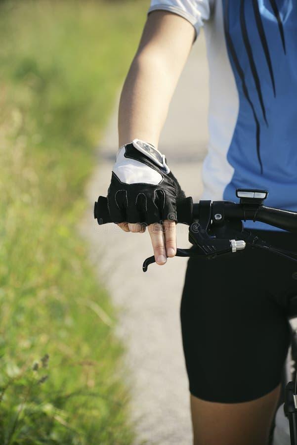 Training der jungen Frau auf Mountainbike und Radfahren in Park stockbild