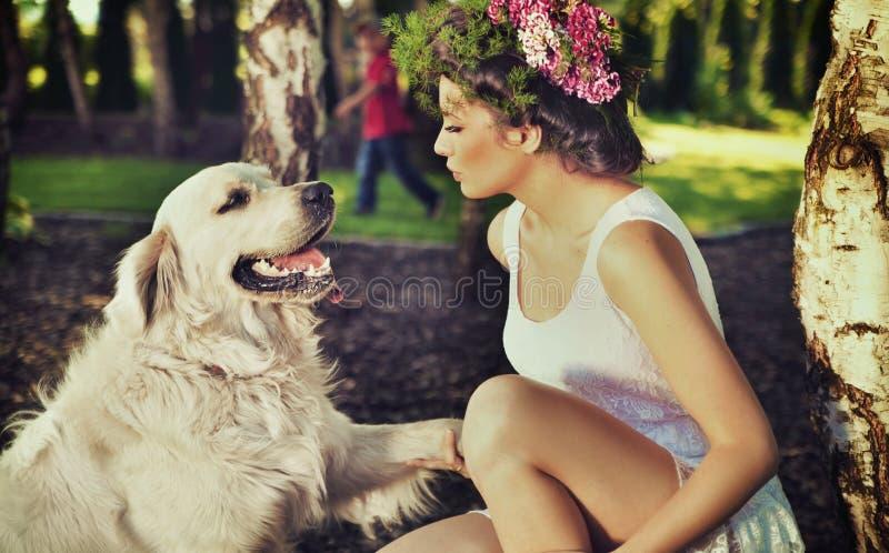 Training der jungen Frau ihr Hund stockbild