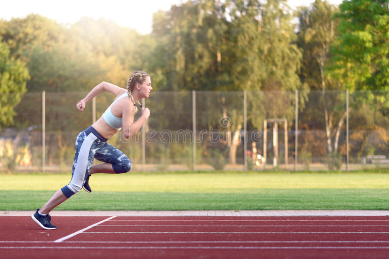 Training des weiblichen Athleten für ein Rennen lizenzfreies stockbild