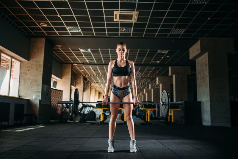 Training des weiblichen Athleten mit Barbell in der Sportturnhalle lizenzfreie stockfotos
