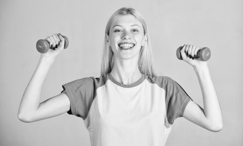Training met domoor Bicepsenoefeningen voor wijfje De domoor van de meisjesgreep De instructeur van de geschiktheid Gezond levens royalty-vrije stock afbeelding
