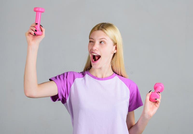 Training met domoren De Domoren van de meisjesgreep Bicepsenoefeningen voor wijfje De instructeur van de geschiktheid Gezond leve royalty-vrije stock foto's