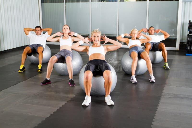 Training met geschiktheidsballen stock afbeelding