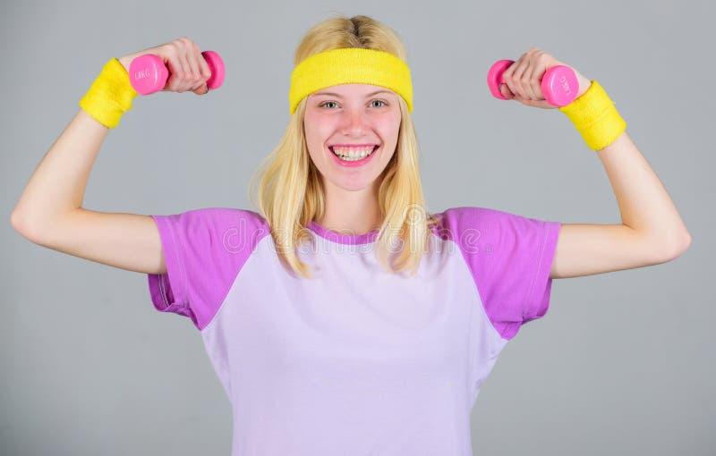 Training mit Dummkopf Trainingssport und -c$n?hren Frauentraining in der Turnhalle mit Sportausr?stung Fraueneignungstrainer lizenzfreie stockfotografie