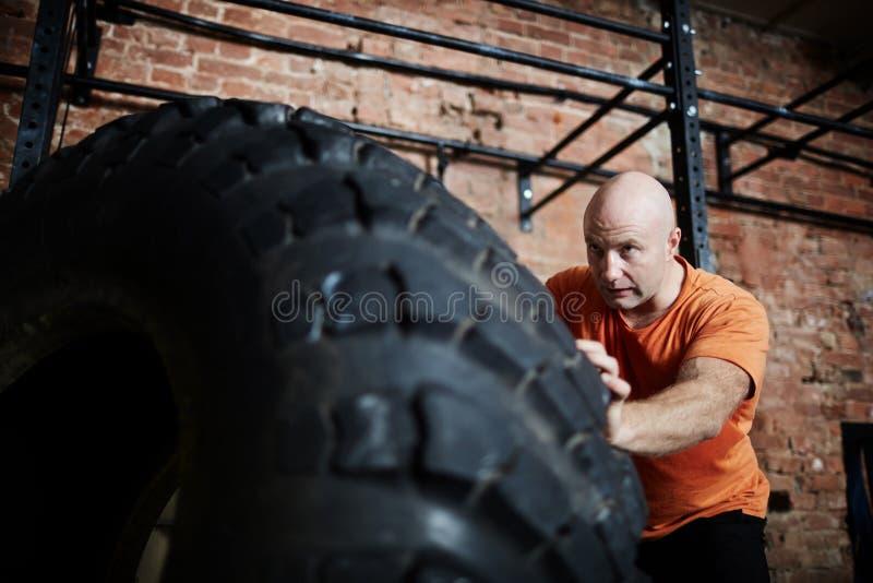 Training mit Reifen stockbilder