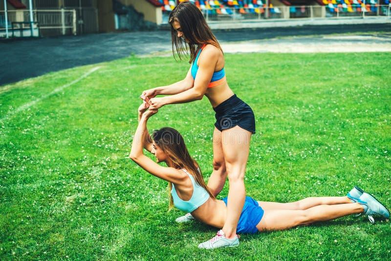 Training mit zwei nettes sportliches Mädchen zusammen im Freien stockfotografie