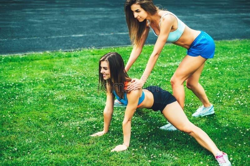 Training mit zwei nettes sportliches Mädchen zusammen im Freien stockfotos