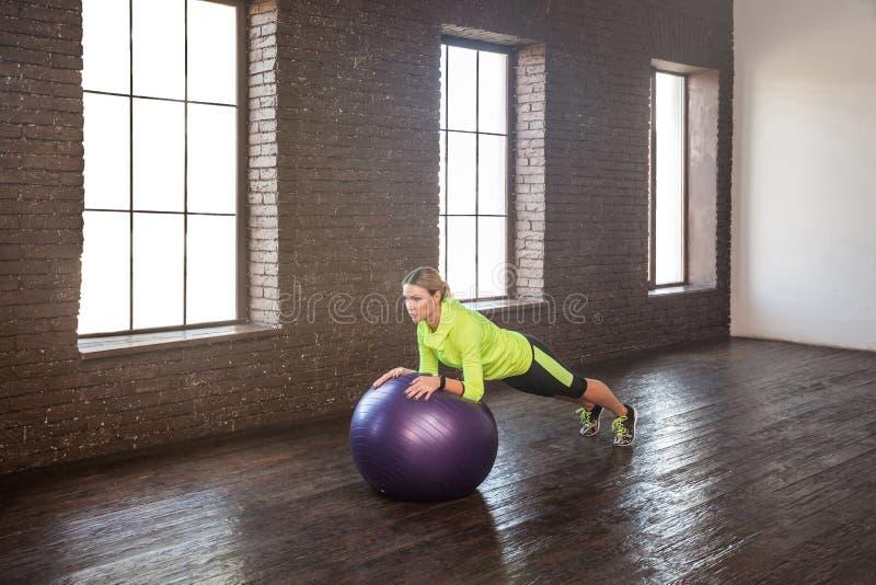 Training op geschiktheidsbal In evenwicht brengende apparatuur royalty-vrije stock afbeeldingen