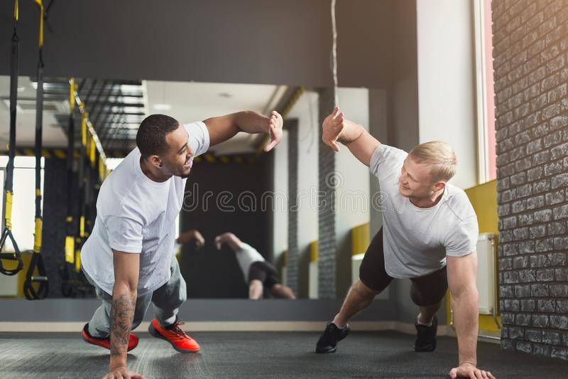 Training van de twee de gelukkige mensengeschiktheid samen bij gymnastiek royalty-vrije stock afbeeldingen