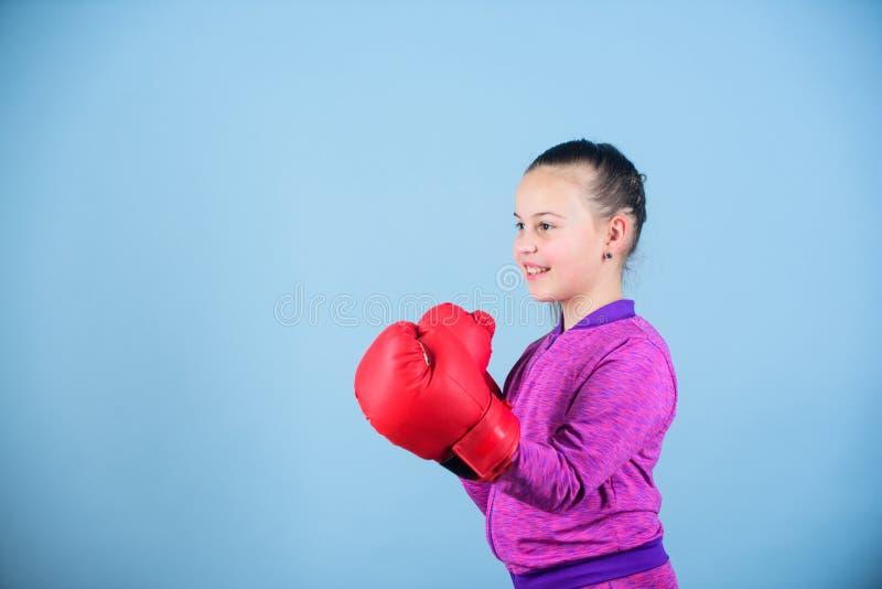 Training van kleine meisjesbokser Sportsucces Sportkledingsmanier Geschiktheidsdieet energiegezondheid Gelukkige kindsportman bin royalty-vrije stock foto's