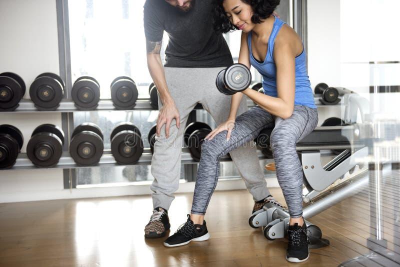 Trainings-Paar-Übungs-Eignungs-Sport-Turnhallen-Konzept stockfoto