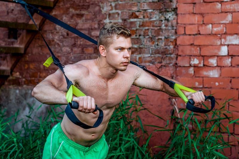 Trainings-Trainingsschleifen des männlichen Athleten ausgezeichnete, neue Natur im Sommer, Ihre Stärke, Motivation, Nahaufnahme Ü lizenzfreies stockfoto