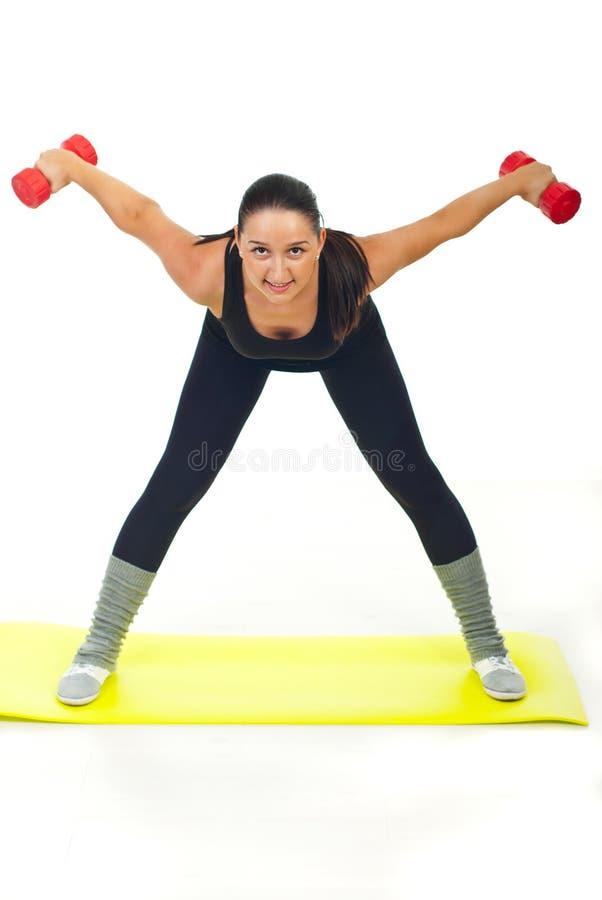 Trainingsfrau mit Dumbbell lizenzfreie stockfotos