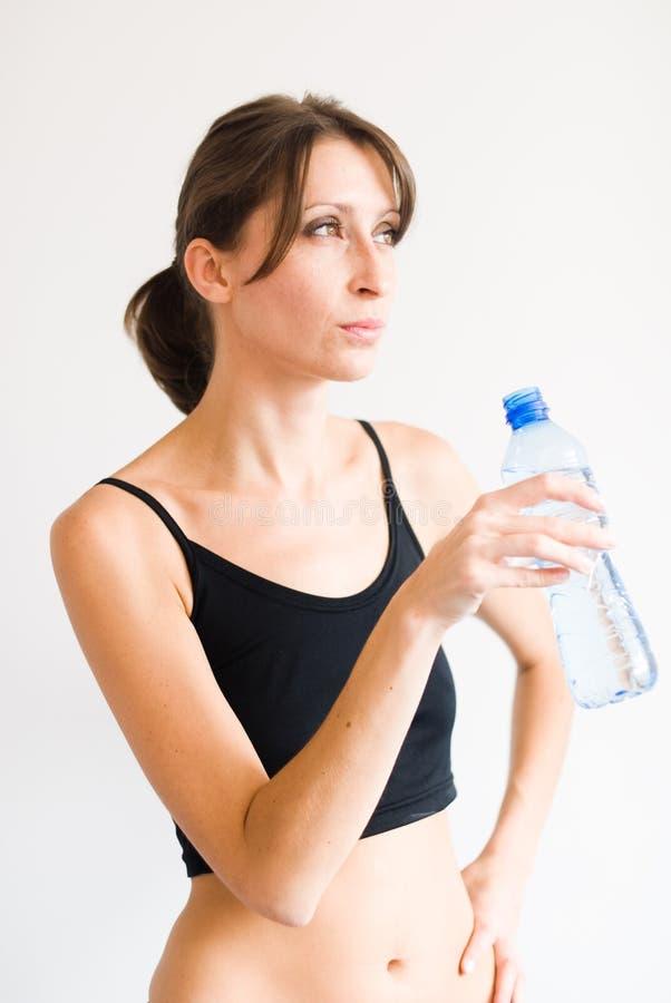 Trainingsmädchen durstig für Wasser stockfotos