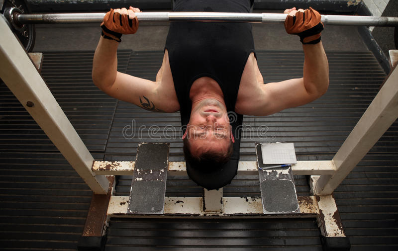 Trainingsstärke Barbellgymnastik stockbilder