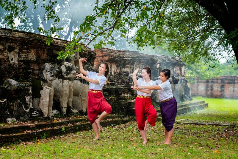 trainning两个美好的女孩舞蹈泰国泰国Khon展示的老师 免版税库存图片