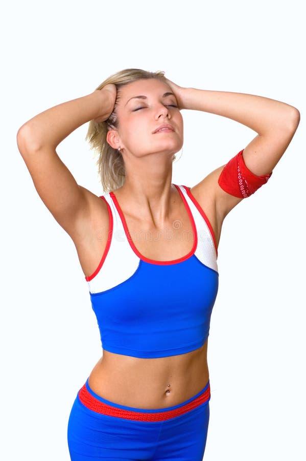 trainning美丽的白肤金发的健身的女孩 免版税库存照片