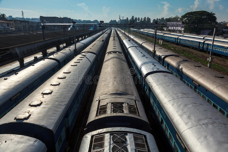 Trains à la station de train. Trivandrum, Inde photo stock