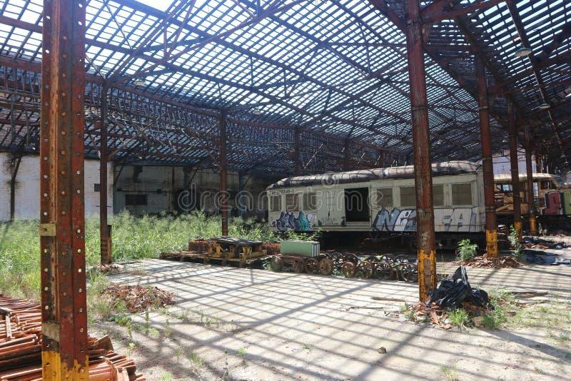 Trains abandonnés dans la vieille cour de rail image libre de droits