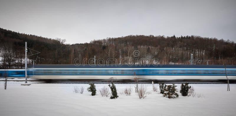 Trains allant rapidement dans toute une station de train de petite ville - image brouillée de mouvement photos stock