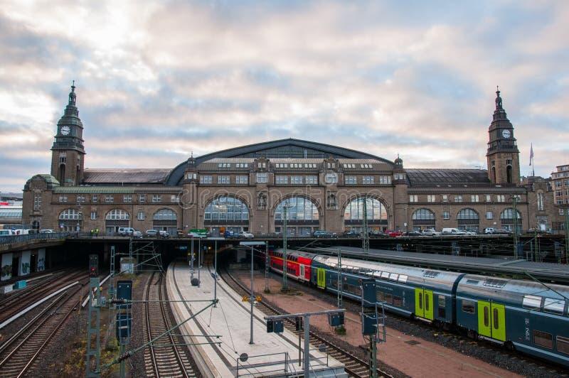 Trains arrivant et partant de la station de train de Hambourg photo libre de droits