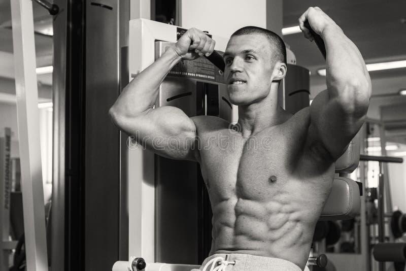 Trains d'entraîneur de forme physique avec des haltères images stock