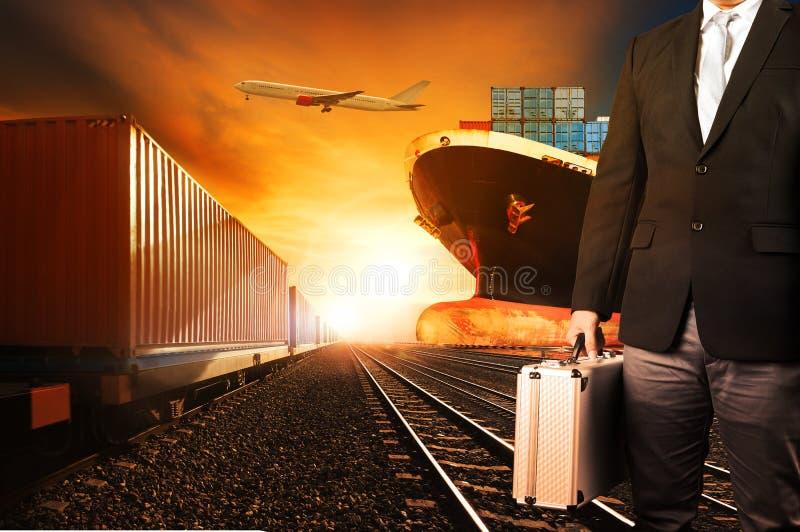 Trains d'investisseur et de récipient, bateau commercial sur le fret c de port photographie stock
