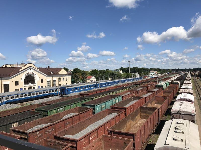 Trains de fret à la gare ferroviaire Ouvrez les chariots de fret avec la cargaison photos libres de droits
