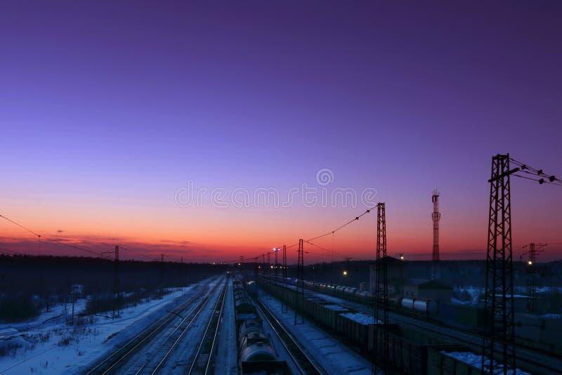 Trains de fret avec le support de chariots sur des chemins de fer image libre de droits