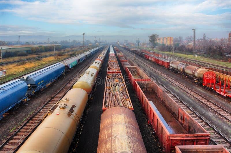 Trains de fret de gare ferroviaire, transport de cargaison photographie stock libre de droits