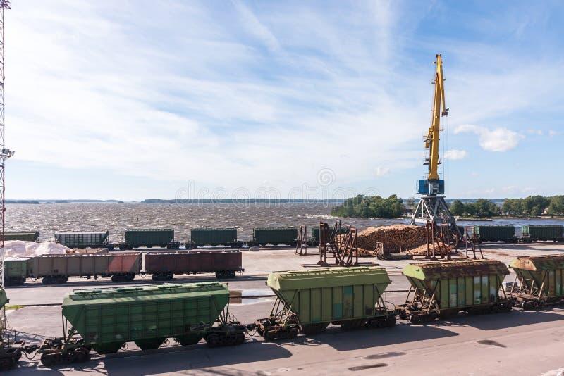 Trains de fret de gare ferroviaire, transport de fret, chargement de bois de construction image libre de droits