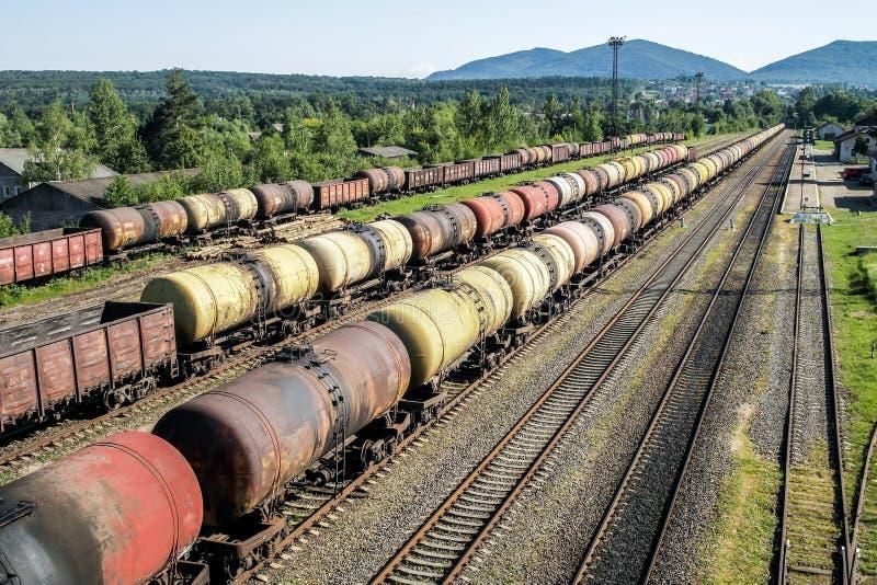 Trains de fret Train de chemin de fer des véhicules de camion-citerne transportant le pétrole brut sur les pistes photo libre de droits