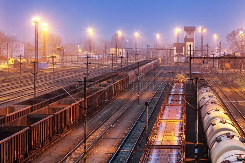 Trains de fret - transport de cargaison, chemin de fer photos stock