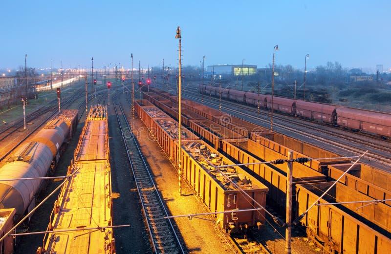 Trains de fret - transport de cargaison, chemin de fer photos libres de droits