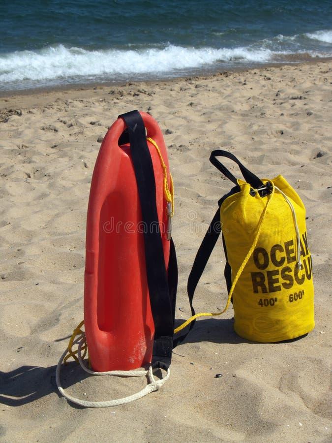 Trains de sauvetage d'océan prêts en sable image stock
