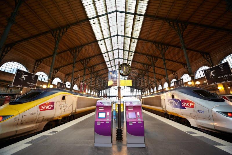 Trains de TGV à la plate-forme de Gare de l'Est image libre de droits