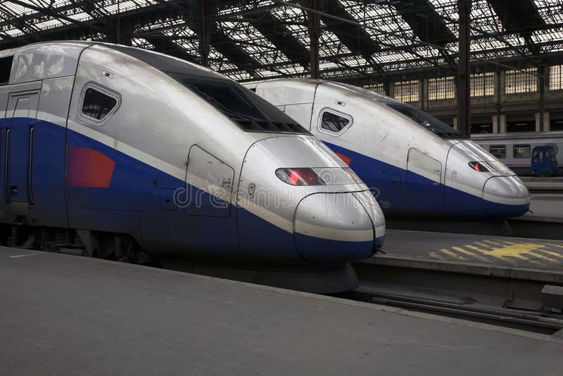 Trains de TGV au Gare de Lyon de Paris photographie stock libre de droits