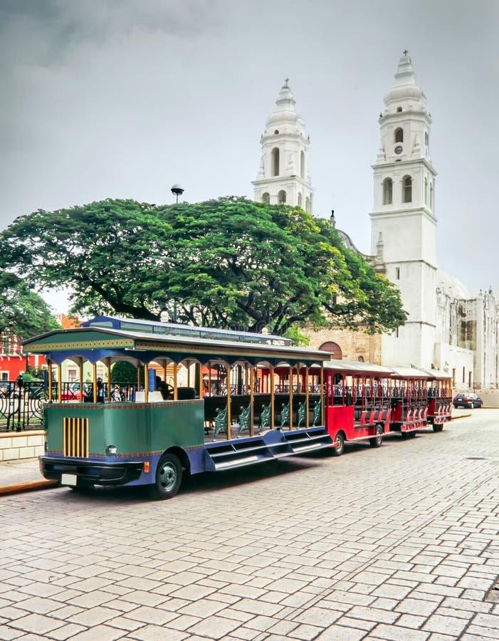 Trains de touriste et la cathédrale de conception impeccable photos libres de droits