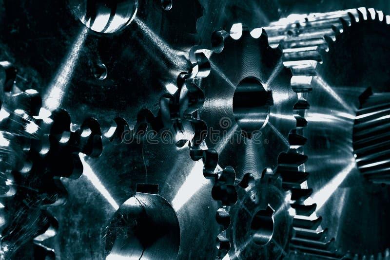 Trains en acier de pouvoir, roues dentées dans le bleu image stock