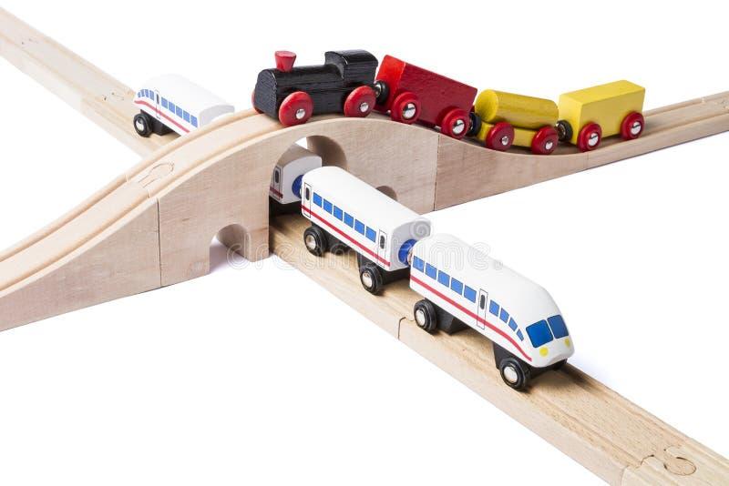 Trains en bois de jouet sur le chemin de fer photos libres de droits