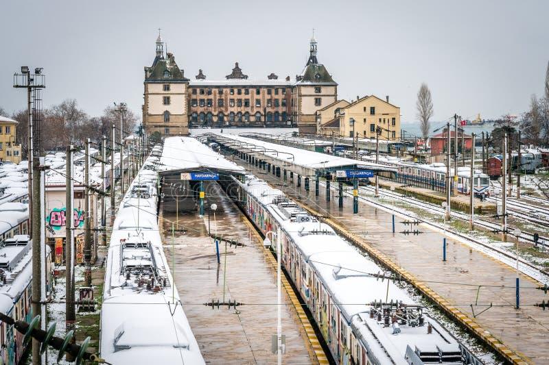 Trains en station de train de Haydarpasa à Istanbul, Turquie photographie stock libre de droits