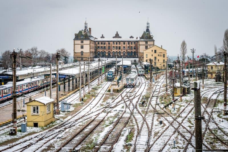 Trains en station de train de Haydarpasa à Istanbul, Turquie images stock