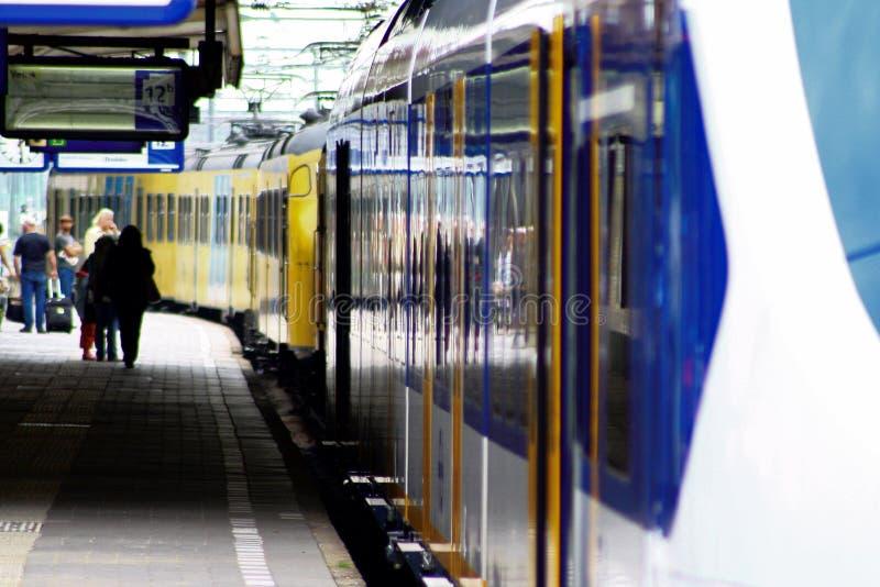 Trains et les gens à la gare Utrecht, Hollande, Pays-Bas photos stock
