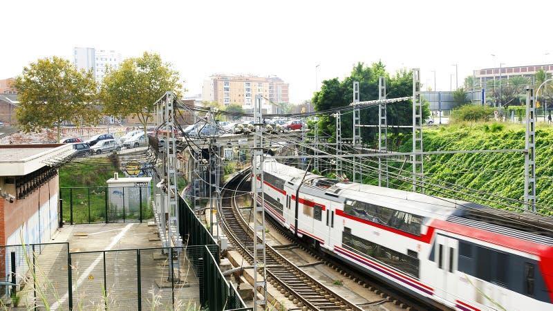 Trains, voies et caténaire à Barcelone photographie stock