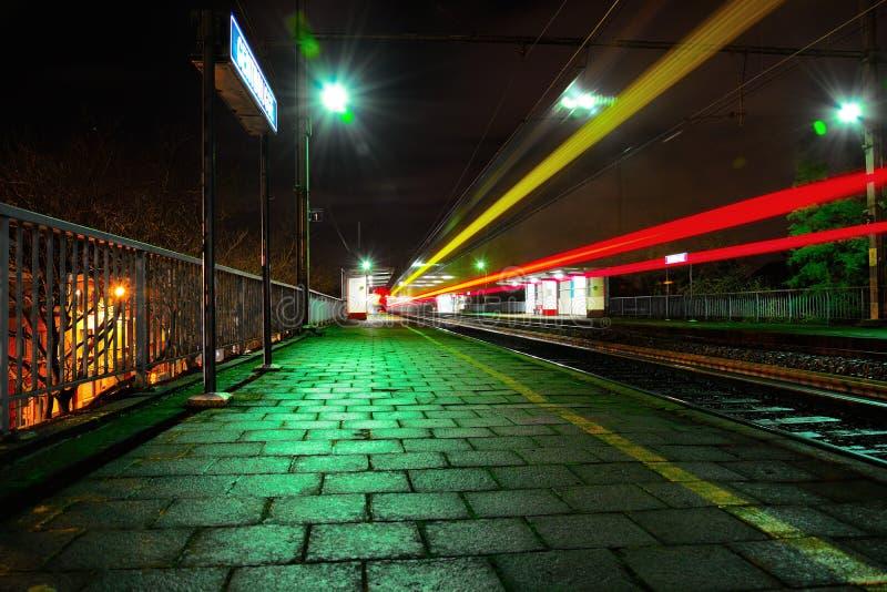 Trainstation alla notte fotografia stock