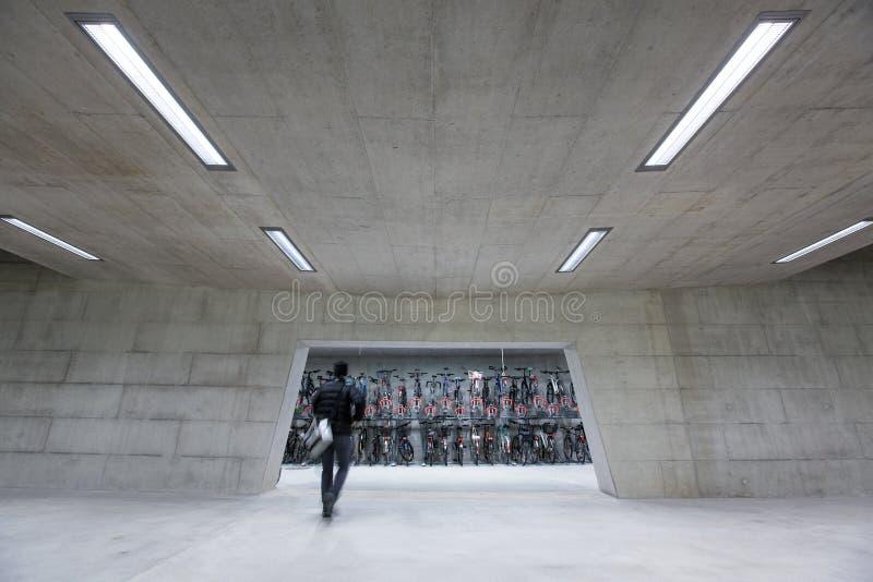 Trainstation moderno com precipitação dos bikestands imagens de stock royalty free