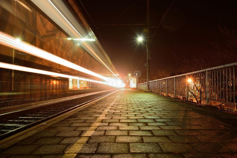 Trainstation przy nocą obraz stock