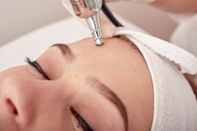 Traitement à l'ozone avec l'apparat de cosmétologie Physiotheraphy Effet de levage Rajeunissement de peau de visage de l'ozone, r photo stock