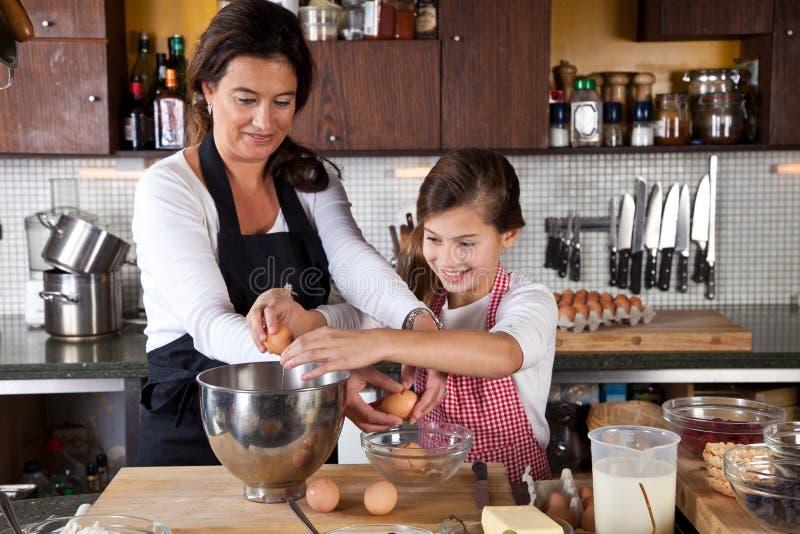 Traitement au four de mère et de descendant ensemble dans la cuisine image libre de droits